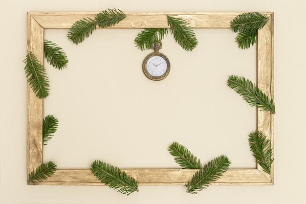 Moldura de madeira antiga com galhos de pinheiros verdes e relógio de bolso vintage - show 10 horas