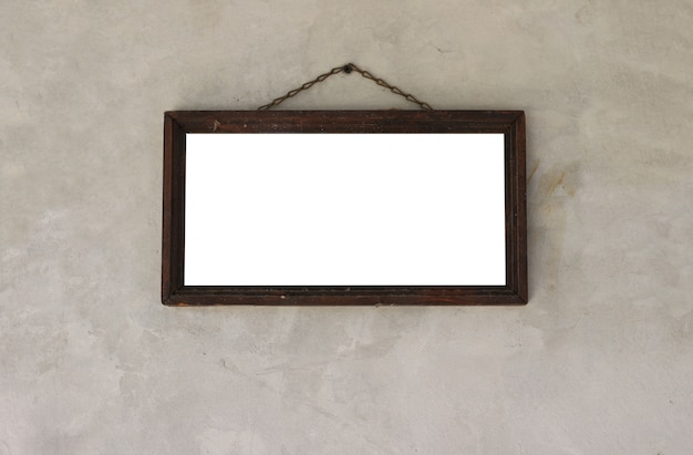 Moldura de madeira com espaço em branco para fotos ou obras de arte. pendurado na parede