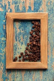 Moldura de madeira com grãos de café torrados frescos