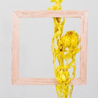 Moldura de madeira com ramo de flores