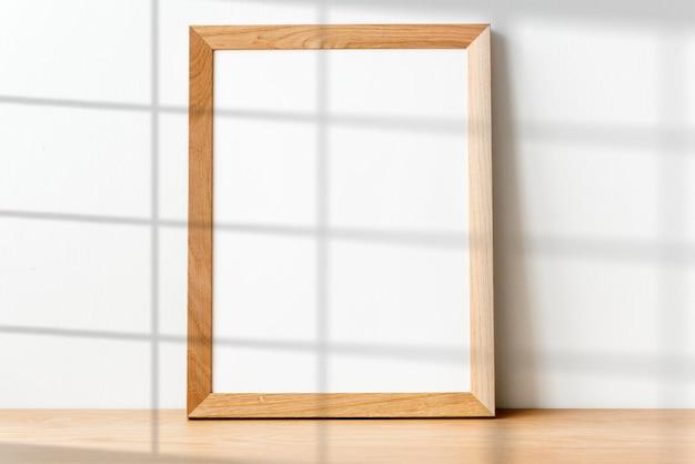 Moldura de madeira com sombra na janela