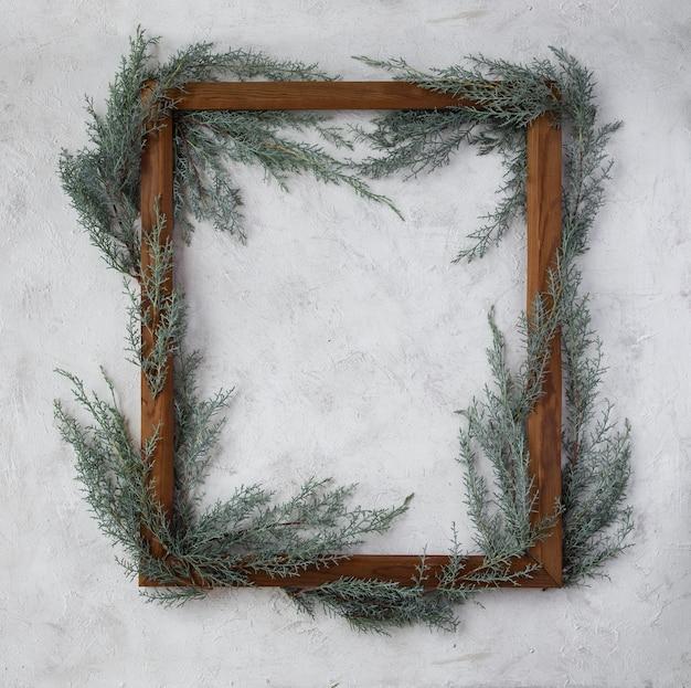 Moldura de madeira criativa com galhos de árvores de natal conceito de inverno e ano novo