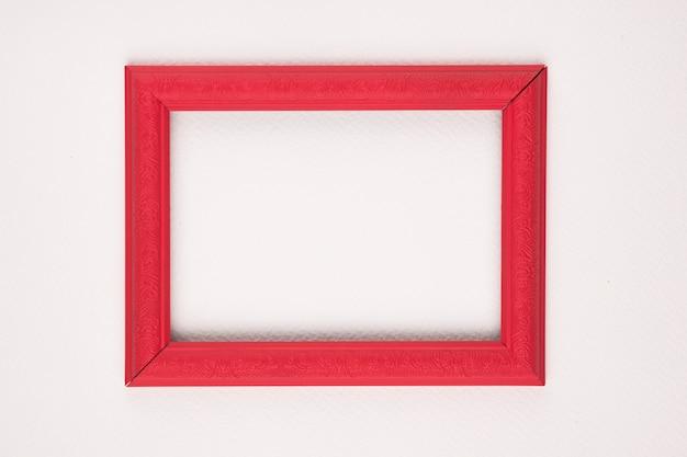 Moldura de madeira de borda vermelha em fundo branco