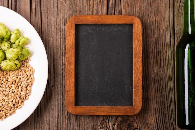 Moldura de madeira e placa com cevada e lúpulo