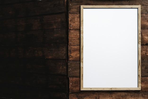 Moldura de madeira em branco na parede de tijolos marrons