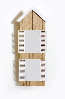 Moldura de madeira em forma de janela