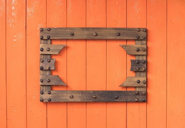 Moldura de madeira em fundo laranja de madeira