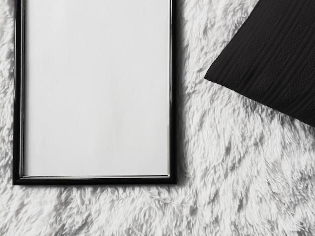 Moldura de madeira fina com copyspace em branco como pôster foto impressão maquete almofada preta almofada e ...