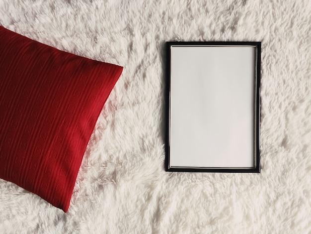 Moldura de madeira fina preta com copyspace em branco como modelo de impressão de foto de pôster