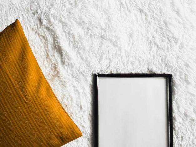 Moldura de madeira fina preta com copyspace em branco como pôster foto impressão maquete almofada dourada almofada e ...