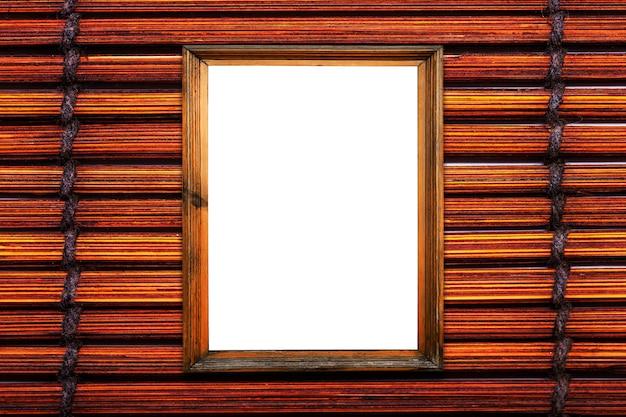 Moldura de madeira marrom no fundo da esteira de bambu