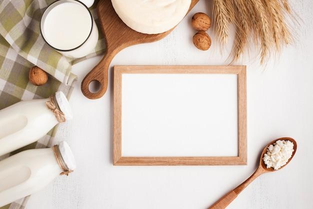 Moldura de madeira mock-up com produtos lácteos