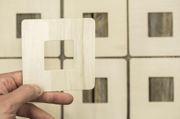 Moldura de madeira na mão masculina, closeup
