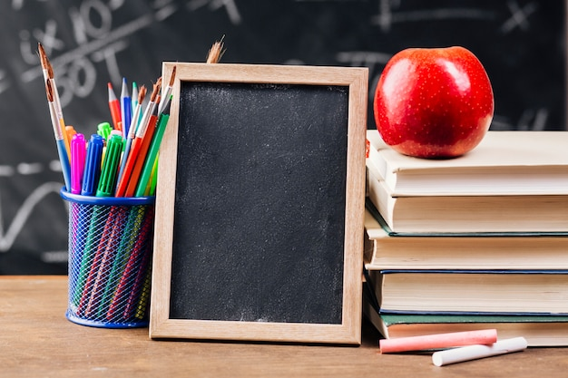 Moldura de madeira na mesa do professor
