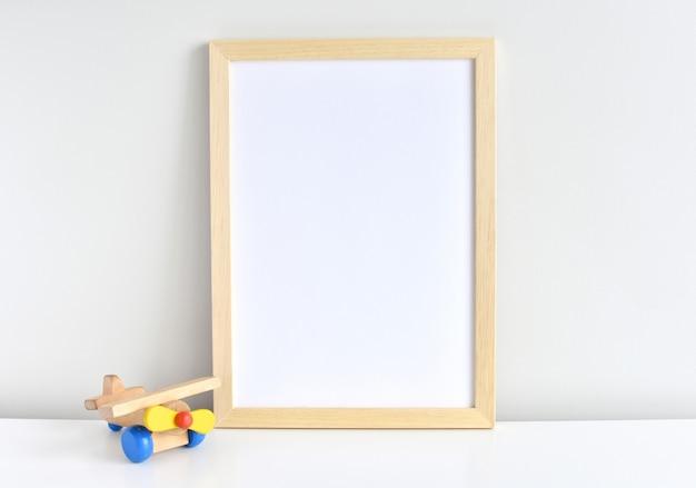 Moldura de madeira natural para obras de arte do quarto do berçário ou crianças.