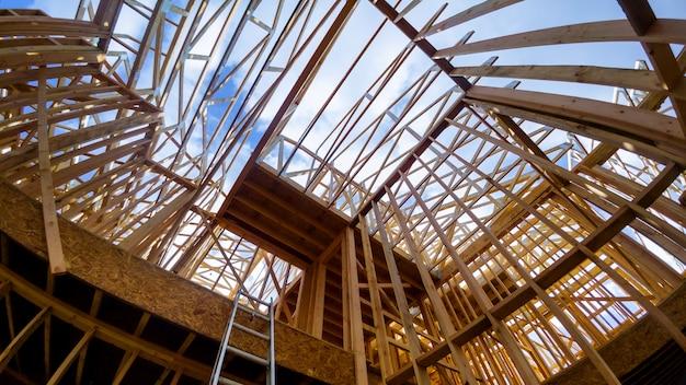 Moldura de madeira no local de construção de habitação multi-família
