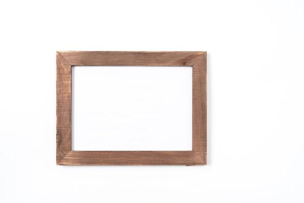 Moldura de madeira ou moldura isolada no fundo branco. objeto com traçado de recorte