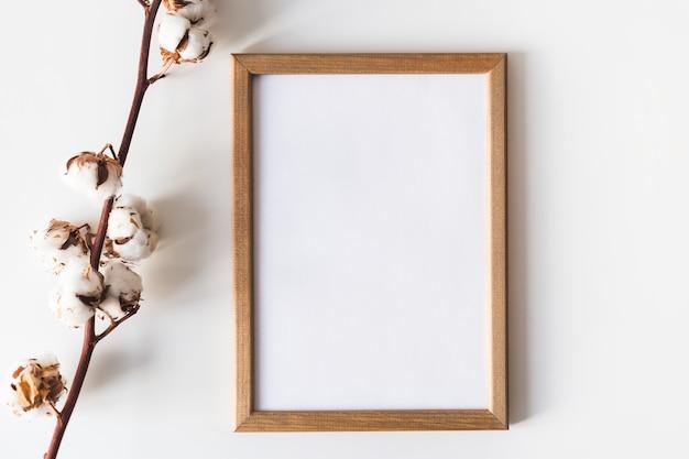 Moldura de madeira para pinturas ou fotografias
