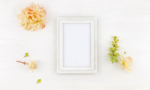 Moldura de madeira plana com flores