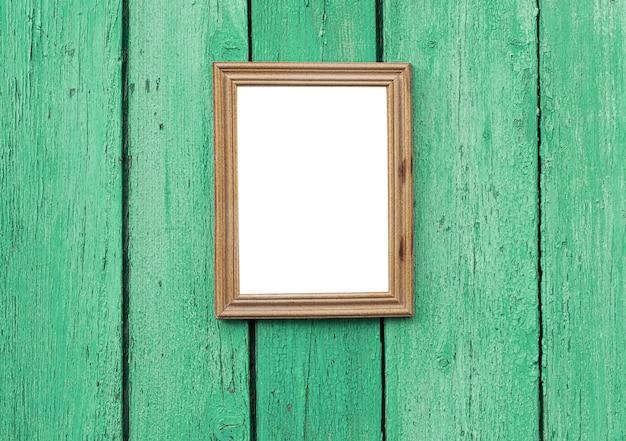 Moldura de madeira vazia pendurada na parede de madeira