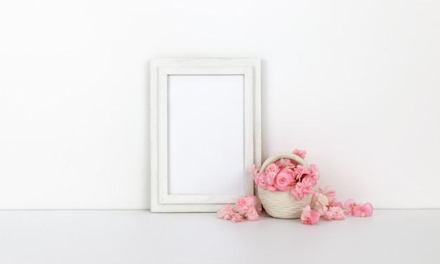 Moldura de madeira vertical com flores cor de rosa, cesta