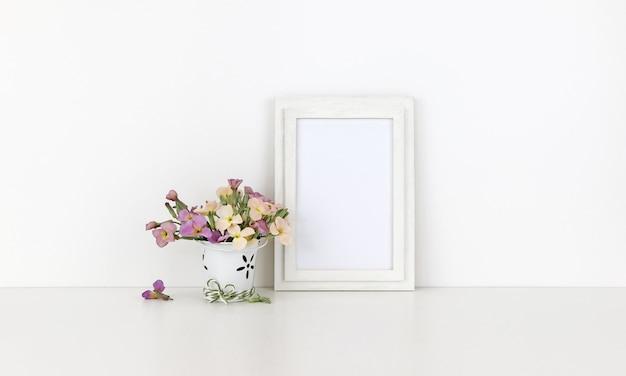 Moldura de madeira vertical com flores