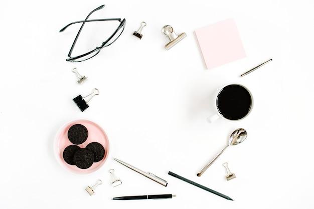 Moldura de mesa de escritório em casa rosa pálido com café