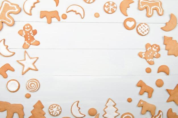 Moldura de natal com biscoitos caseiros na mesa de madeira
