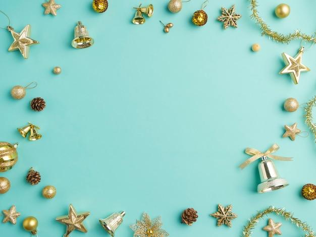 Moldura de natal com decoração dourada em fundo azul claro, vista superior