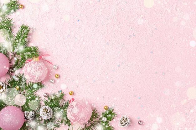 Moldura de natal de enfeites de ano novo, abeto verde e neve em rosa