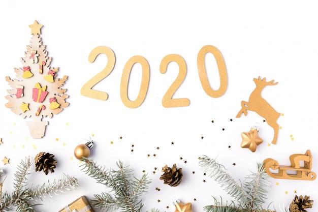 Moldura de natal feita de galhos de pinheiro, cones, estrelas douradas e decorações.