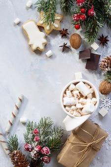 Moldura de natal uma xícara de chocolate quente e pão de gengibre. presentes de natal na mesa.