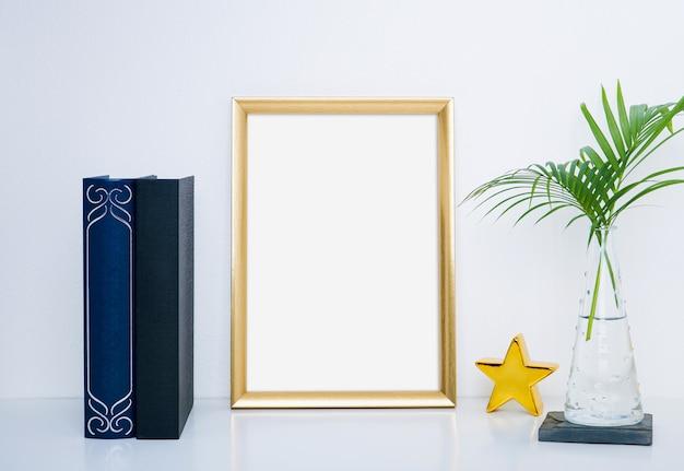 Moldura de ouro com vaso e objeto para decoração de interiores.
