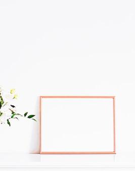 Moldura de ouro rosa em móveis brancos, decoração de casa de luxo e design para impressão e impressão de pôster de maquete ...