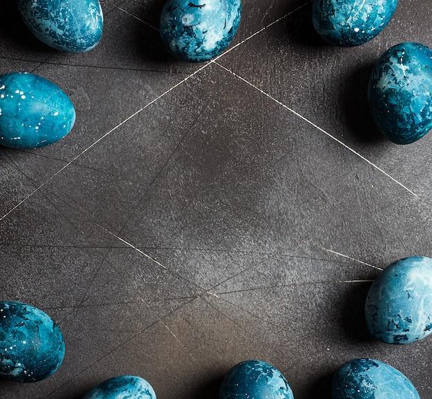 Moldura de ovos de páscoa pintada à mão em azul