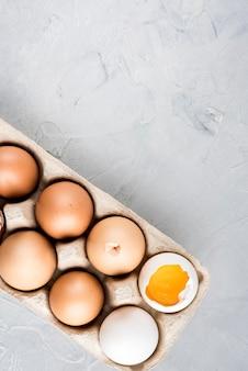 Moldura de ovos de vista superior com cópia-espaço