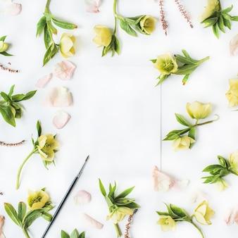 Moldura de papel em branco, rosas, ramos, folhas e pétalas isoladas