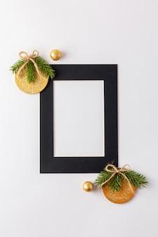 Moldura de papel preto com enfeites de natal dourados