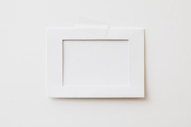 Moldura de papelão com fundo branco