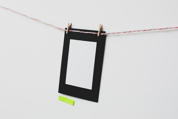 Moldura de papelão e nota adesiva em fundo branco