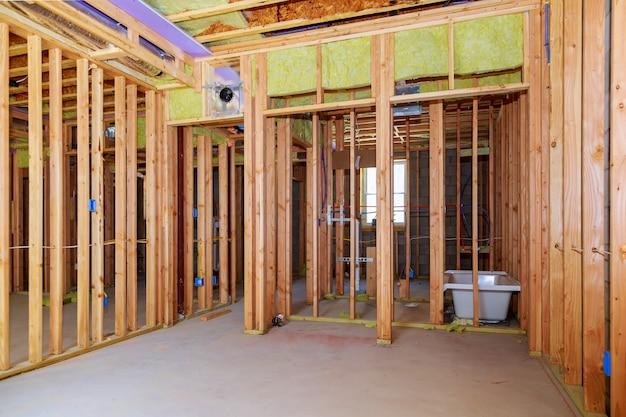 Moldura de paredes interiores com instalação de tubagens na cave remodelação de casas de banho sob o encanamento de chão
