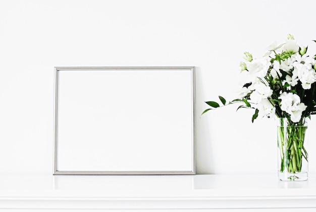Moldura de prata em móveis brancos, decoração de casa de luxo e design para impressão de pôster de maquete e impressão a ...