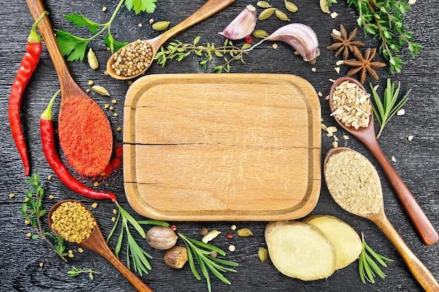 Moldura de prato, colheres com pimenta moída, feno-grego, gengibre, coentro