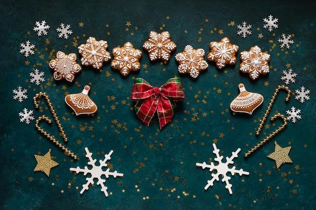 Moldura de saudação de natal - padrão de biscoitos de gengibre, flocos de neve e decoração de natal