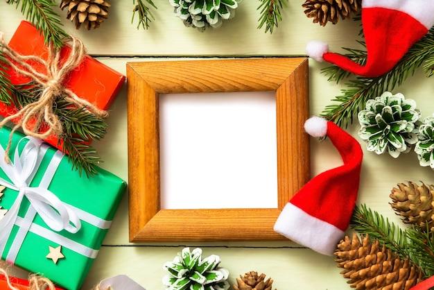 Moldura de texto de madeira com galhos de pinheiro e cones para o natal.