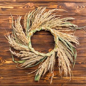 Moldura de trigo linda em fundo de madeira