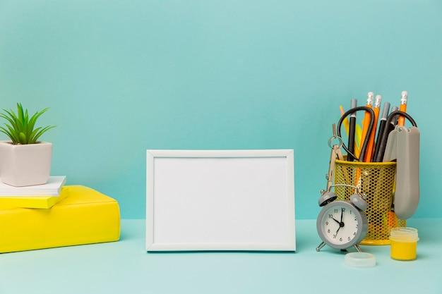 Moldura de vista frontal rodeada por material de escritório