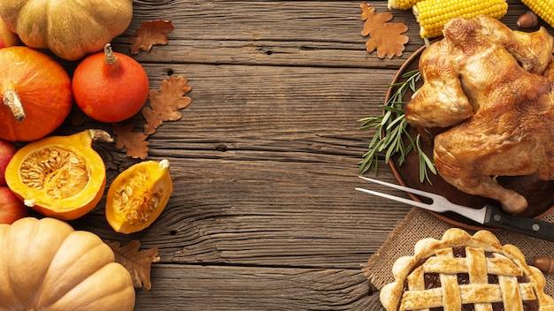 Moldura de vista superior com alimentos em fundo de madeira