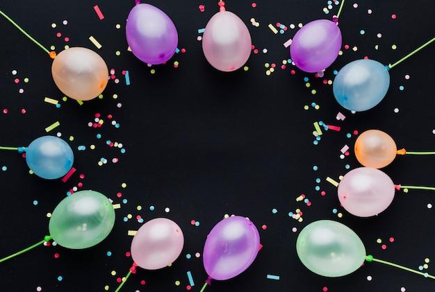 Moldura de vista superior com balões e confetes