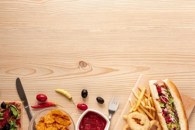Moldura de vista superior com comida e espaço para texto